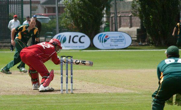 """Aftab, som har spillet godt i år, forsøger sig med et """"very, very-latecut"""