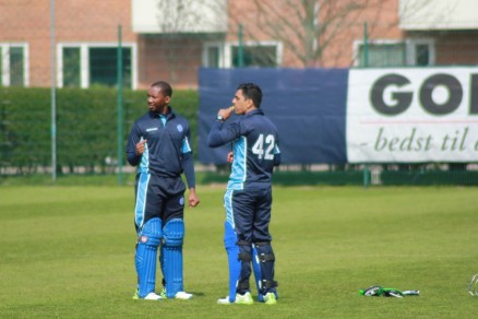 De to store KB.spillere Dabengwa og Yasir Iqbal i en taktiksnak